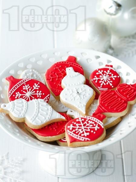 Лесни и вкусни коледни сладки с глазура от захарно тесто - снимка на рецептата
